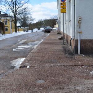 Trottoar i Borgå med en massa lös sand på