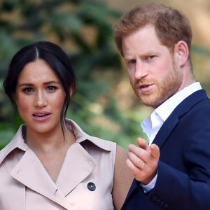 Meghan, hertiginnan av Sussex, bredvid Prins Harry.