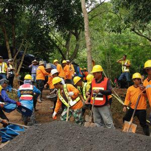 Räddningsarbetare jobbar vid grottan i Thailand