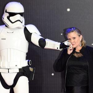En stormtrooper och Carrie Fisher.