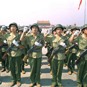 Medlemmar från kinesiska folkets befrielsearmé svär en ed på Himmelska fridens torg två dagar innan våldsamheterna.