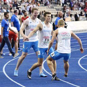 Samuel Purola, Oskari Lehtonen och Eetu Rantala efter stafetten i EM.