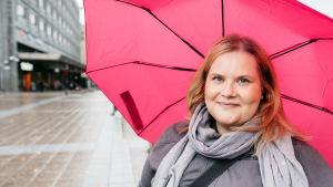 Kati Enkvist står under ett paraply på Hovrättsesplanaden i Vasa