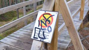 Nerklottrad skylt visar att det är förbjudet att cykla