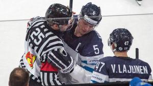 I matchen mot Schweiz hade Lasse Kukkonen en pratstund med domaren.