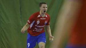Filip Söderlund firar.