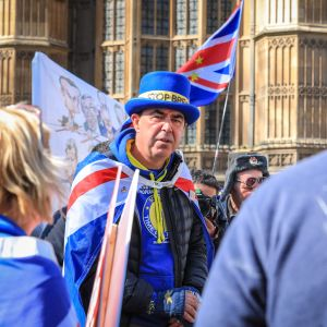 Remainanhängaren Steve Bray diskuterar med en brexitanhängare under protester i London den 10. april 2019.
