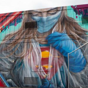 Sairaanhoitaja Superman -seinämaalausteos Konepajalla.