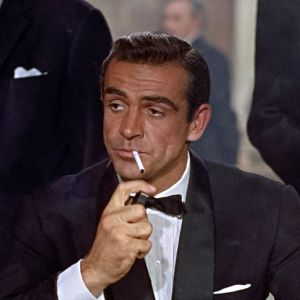 Sean Connery som James Bond i Dr. No. Tänder en cigarett.