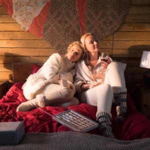 Alina Tomnikov koiranaisena ja Mari Perankoski Mariana komediassa Aikuisen naisen joulukalenteri
