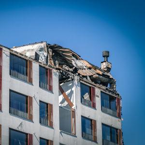 Tulipalossa vaurioituneen rakennuksen seinää.