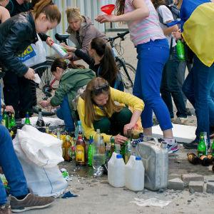 """Medlemmar i gruppen """"Single Ukraina"""" förbereder molotovcocktails."""
