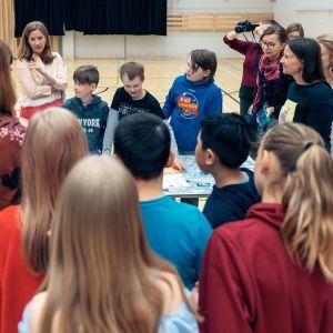 Koululaisia Lähiöfestin Junioripormestari-työpajassa keskustelemassa.