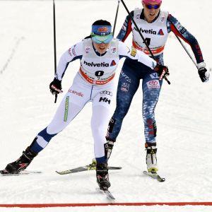 Krista Pärmäkoski går i mål strax före Sadie Bjornsen.
