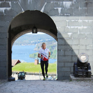 Marika Teini löper vid ett slott.