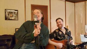 Ilon och Ilkka Wirtanen spexar i studion, båda skrattar.