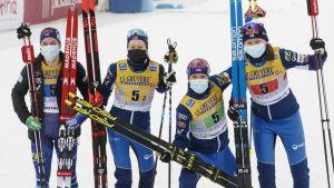 Krista Pärmäkoski, Laura Mononen, Kerttu Niskanen och Johanna Matintalo firar pallplats.