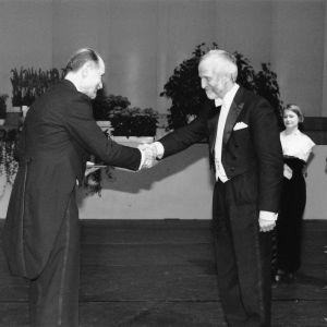 Jussi Huttunen saa Suomen Kulttuurirahaston tunnustuspalkinnon 1997 Kari Raiviolta.