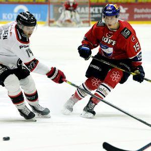 Anton Lundell kämpar om pucken i en match mot Ässät.
