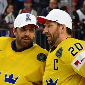 Henrik och Joel Lundqvist talar med varandra.