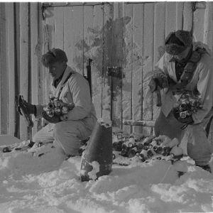 20.2.1940 Suutaria pinotaan Jäniskoskella Lapissa.