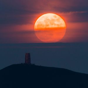 Supermåne syns i Storbritannien i maj 2021. Månen är något rödorange.