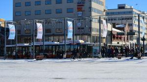 Biogasbuss på hållplatsen vid torget i Vasa.