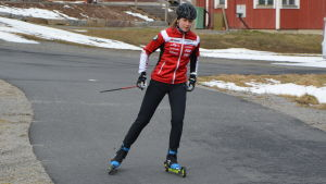 Anni Lindroos åker rullskidor