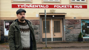 Matias Kaihovirta utanför Folkets hus i Karis.