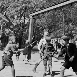 Lapsia leikkikentällä 1939-luvulla.