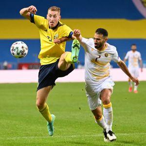 Ruotsin Dejan Kulusevski kamppaili pallosta Armenian Andre Calisirin kanssa.