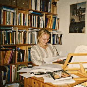 Heli Laaksonen tutkii valmistunutta graduaan.