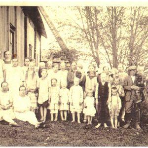 suomalainen perhe kotipihallaan 1940-luvulla