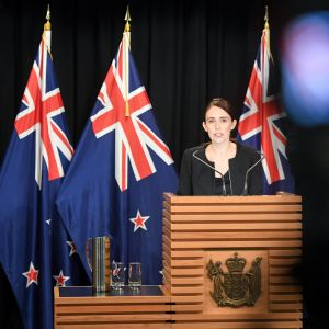 Nya Zeelands premiärminister Jacinda Ardern talar i parlamentet.
