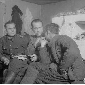 28.1.1940 Kelivaaralla Er.P 8 esikunnassa kuulustellaan vangeiksi otettua ryssän kapteenia.