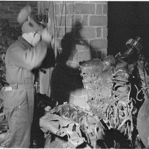 28.2.1940 Ryssien lentokoneita pienennetään sulattamista varten Suomi-valimossa