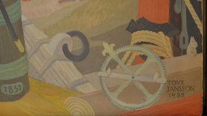 Ett litet mumintroll tittar ut från Tove Janssons väggmålning.