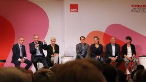 Ungefär hälften av kandidaterna som ställer upp i de tyska socialdemokraternas ordförandeval sitter på en scen.