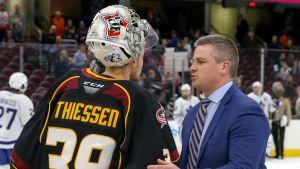 Sheldon Keefe tackar motståndarmålvakten Brad Thiessen efter att Toronto avancerat till semifinal i AHL-slutspelet.