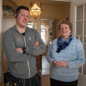 ung man och äldre dam i lägenhet