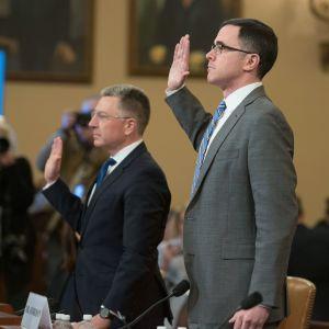 Timothy Morrison och Kurt Volker står med ena handen uppsträckt och svär eden inför sina vittnesmål i utredningen mot USA:s president Donald Trump.