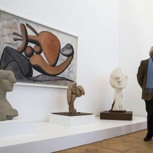 Målningen 'En kvinna kastar en sten' och tre bystar av Pablo Picasso