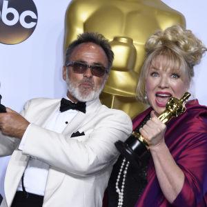 Colin Gibson och Lisa Thompson och Oscarstatyetten för bästa scenografi i filmen Mad Max: Fury Road