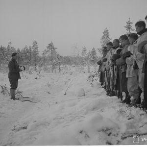 Jumalanpalvelus Saharan kauhun komppaniassa, past. Antti J. Rantamaa. 24-12-39.