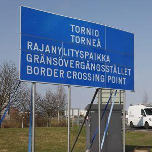 Skylt med text om gränsövergångsstället i Torneå.