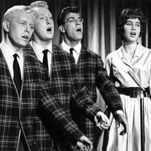 Lauluyhtye Jokerit laulaa elokuvassa Iskelmäketju.