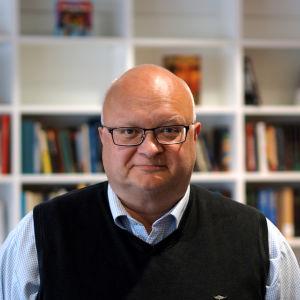 En man med glasögon. Han heter Håkan Ekström.