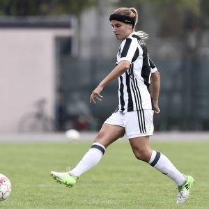 Tuija Hyyrynen i farten för Juventus.