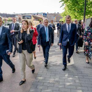 Hallituspuolueiden puheenjohtajat matkalla infoon