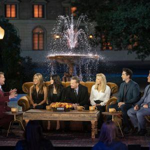 På bilden syns James Corden, Jennifer Aniston, Courteney Cox, Matthew Perry, Lisa Kudrow, David Schwimmer och Matt LeBlanc.